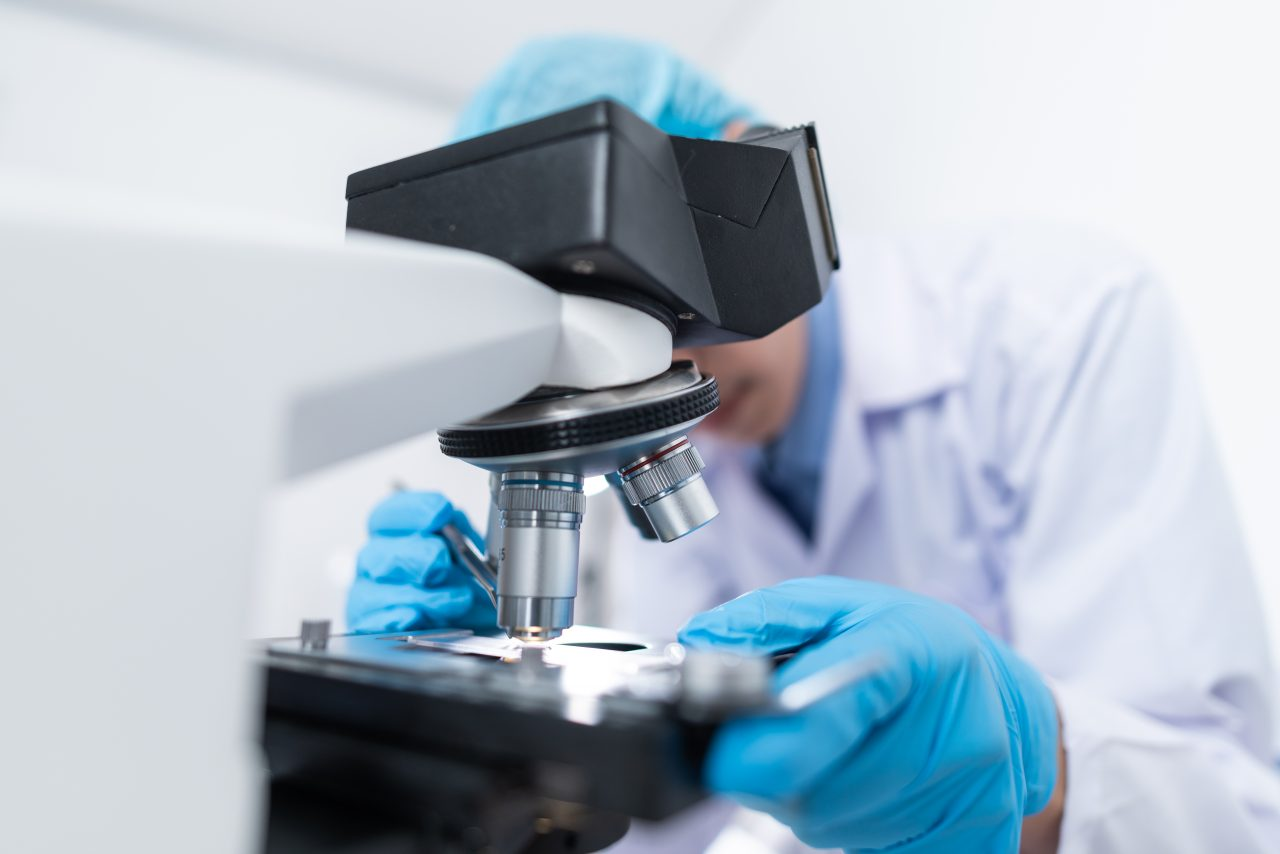 doctors-are-diagnosed-in-the-laboratory-with-micro-R5F7V5K-1280x854.jpg